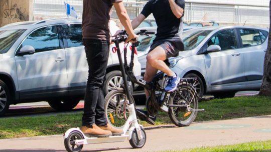Quelle est la différence entre une trottinette électrique et un vélo électrique ?