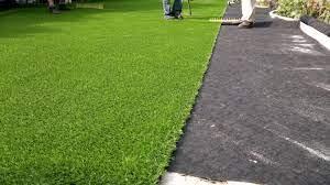 Quel est l'intérêt de recourir à une pelouse artificielle pour décorer un jardin ?