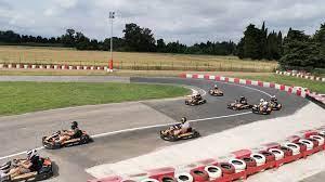 En quoi le karting constitue-t-il une activité amusante et qui se pratique en groupe ?